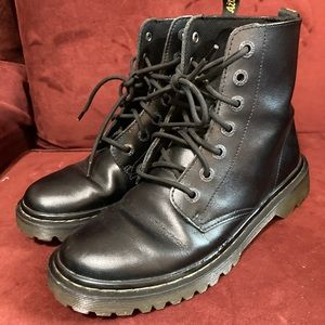 Dr. Marten 1460 boots in black leather. Size 7